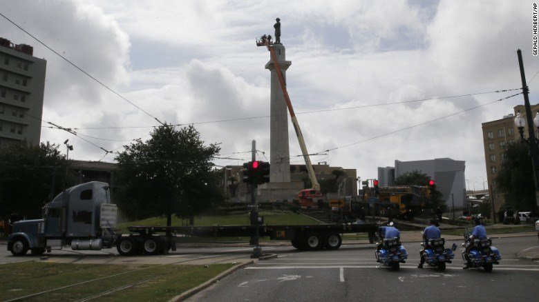 Workers prepare to take down the statue of Confederate Gen. Robert E. Lee on May 19, 2017, in Lee Circle in New Orleans. (CNN photo)