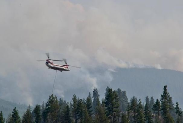 A Chinook helicopter heads back to the Lolo Peak Fire with another load of retardant. (photo credit: Andy Lyon)