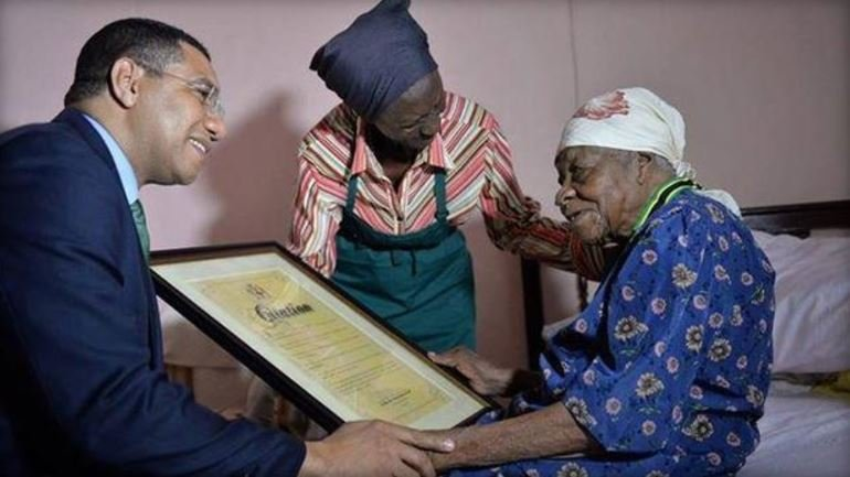 Violet Moss-Brown receiving a medal of appreciation from Prime Minister Andrew Holness. (TWITTER / PRIME MINISTER ANDREW HOLNESS)