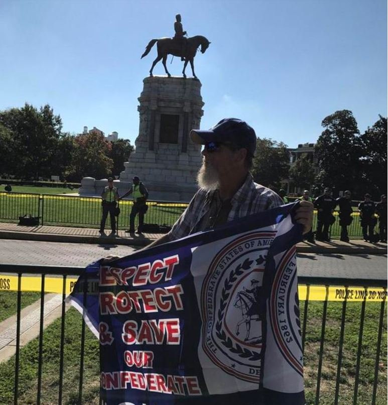 A man stands in support of keeping the statute of Confederate Gen. Robert E. Lee in Richmond, Virginia. (CBS NEWS / BO ERICKSON)