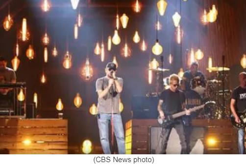 Kelly Clarkson, Reba duet on ACM Awards